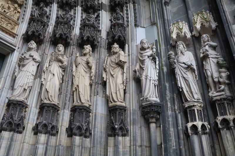 koln entry statuettes