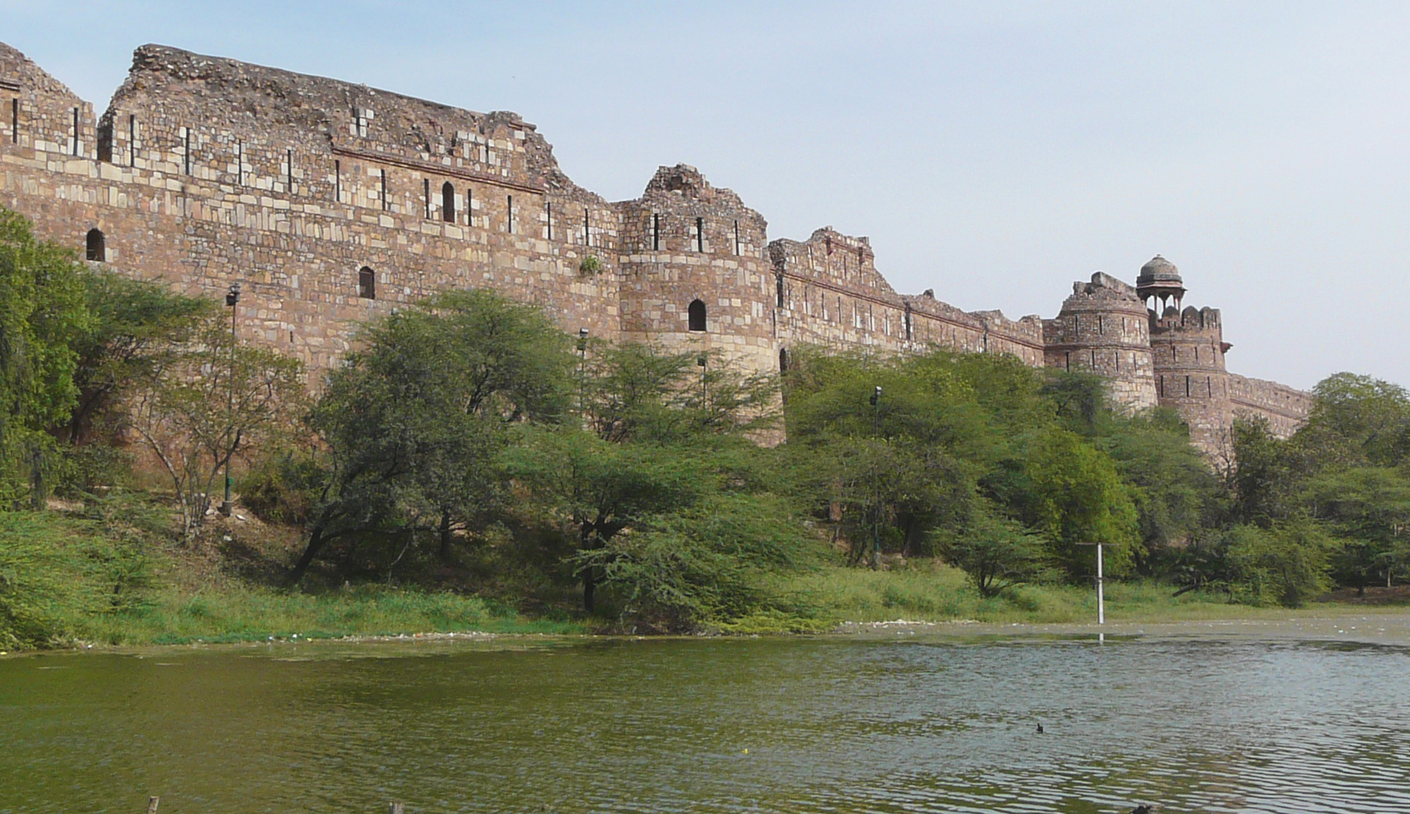 Purana_Qila_ramparts,_Delhi.jpg